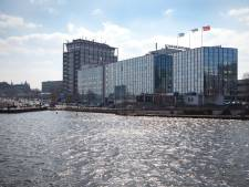 Omstanders redden man uit water achter Centraal Station