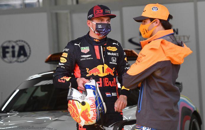 Max Verstappen in gesprek met Carlos Sainz, die verrassend derde werd in de kwalficatie.
