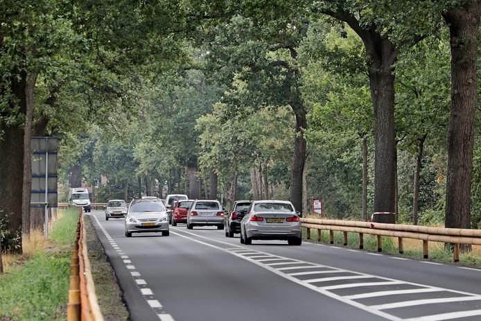 De N324 in Schaijk. Normaal gesproken rijdt het verkeer vanaf Schaijk richting Oss rustig door. Sinds begin november staat er in de ochtend een flinke file tot de verkeerslichten.