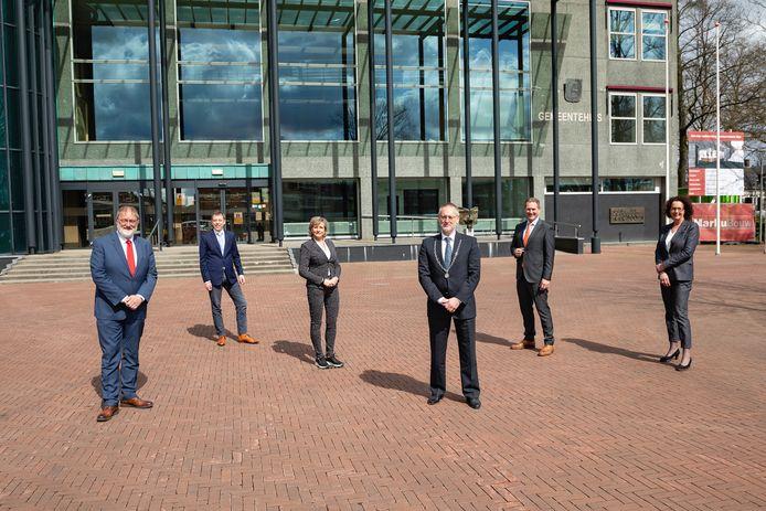 Het college van B en W van Epe. Vlnr de wethouders Jan Aalbers, Michiel Wiersinga en Lia de Waard, burgemeester Tom Horn, wethouder Erik Visser en gemeentesecretaris Carla Kats.