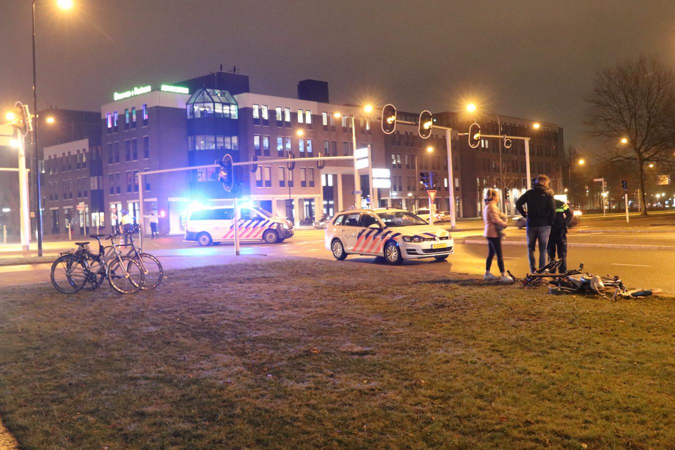 Bij het ongeluk werden twee fietsers aangereden. De politie hoorde na de aanrijding getuigen.