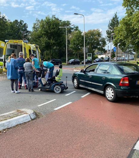 Vrouw op scootmobiel raakt gewond na aanrijding in Deventer