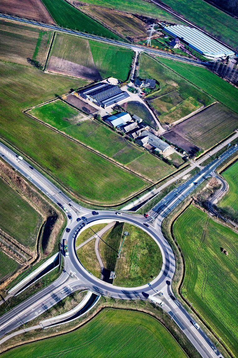 Rotonde van de N279 tussen Beek en Donk en Gemert. De weg wordt hier aangepakt. Beeld Raymond Rutting / de Volkskrant
