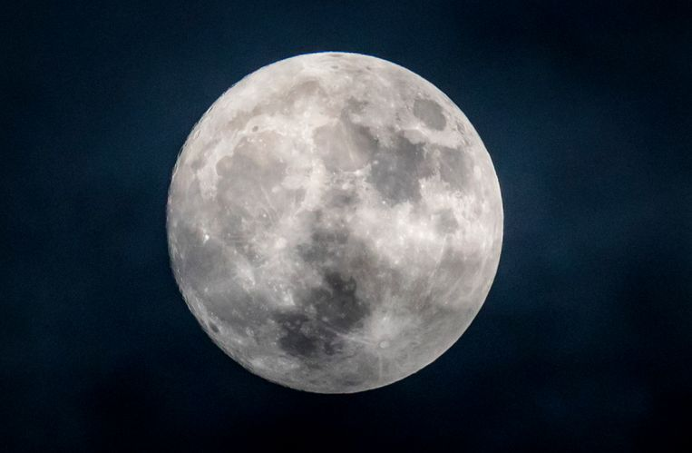 Een bijna volle maan, daags voor de komst van de zogenaamde supermaan. Beeld ANP