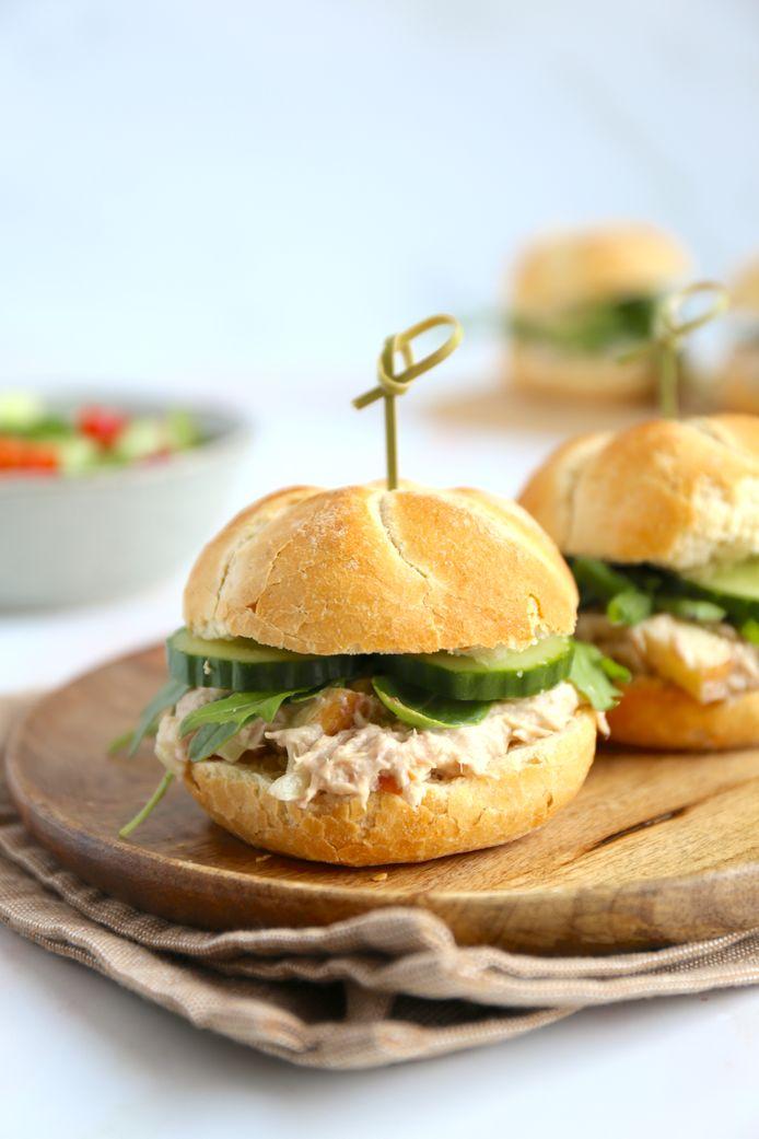 De tonijnsalade smaakt romig door de mayonaise en yoghurt en fris door de appel.