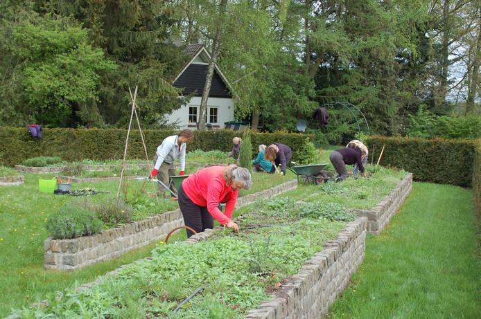 Vrijwilligers aan de slag op De Witte Hoeve.