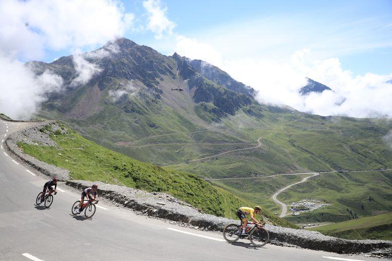 Tadej Pogacar leidt de dans in zijn gele trui tijdens de laatste bergrit van de Tour. Jonas Vingegaard en Richard Carapaz volgen de meester.  Beeld EPA