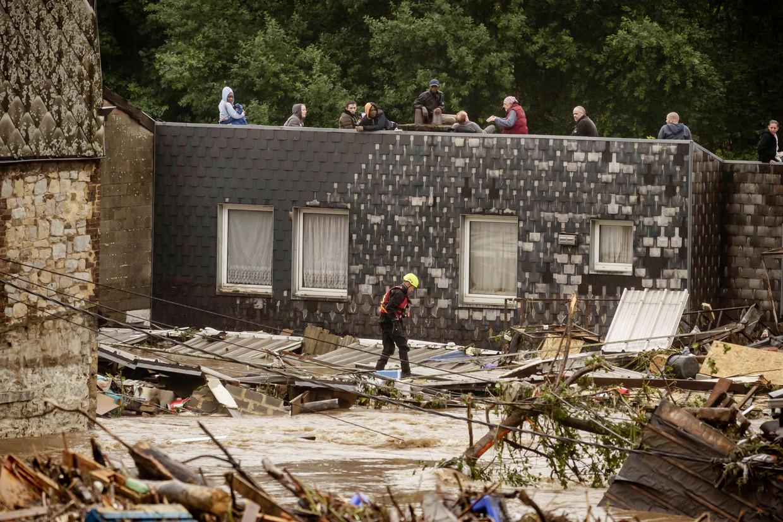 Pepinster staat volledig onder water, veel huizen zijn ingestort.  Beeld Eric de Mildt