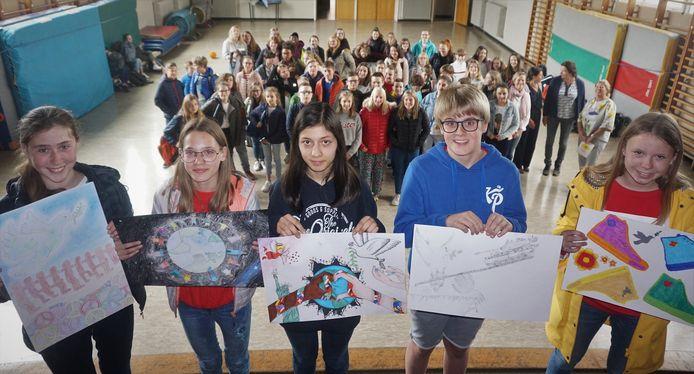 De leerlingen van het SIGO met hun winnende vredesposter