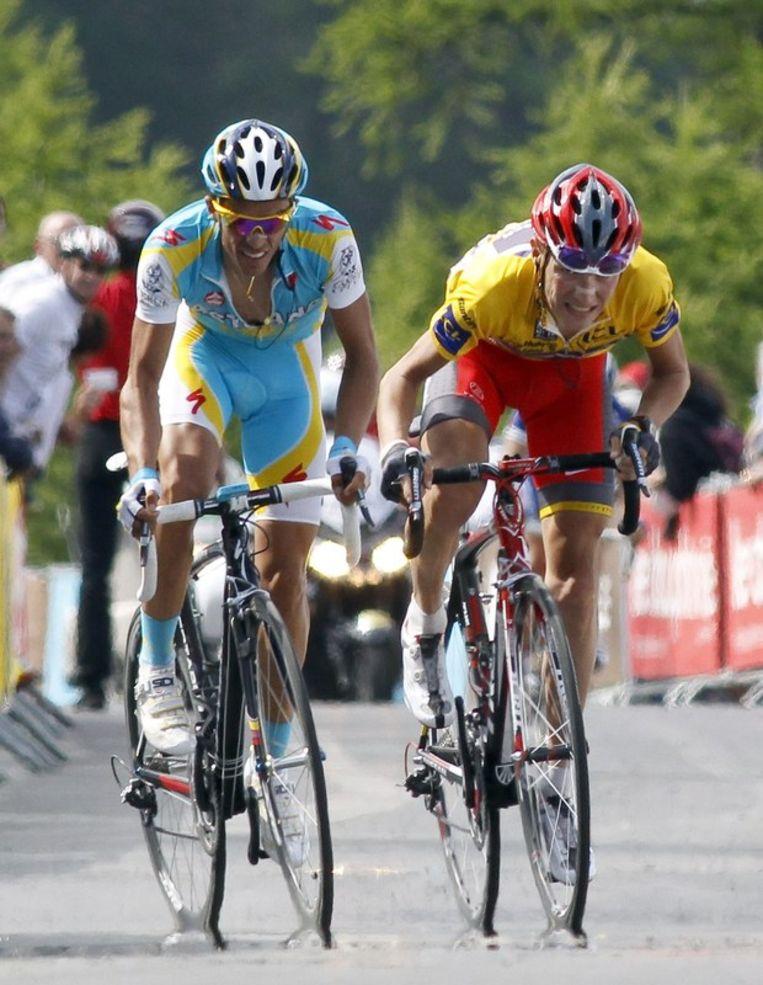 Alberto Contador bestookte Jani Brajkovic enkele keren, maar de Sloveen weerstond. Beeld UNKNOWN