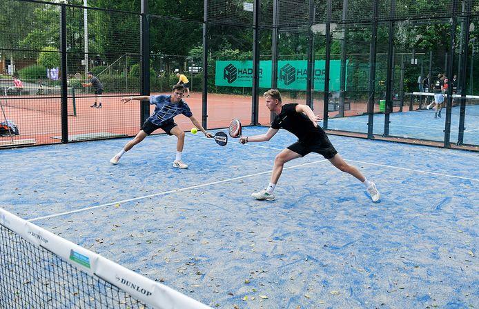 's-Gravendeler Jannick Lupescu - regionaal topspeler in het 'gewone'tennis - in actie op de padelbaan van CC. Links zijn partner Marc Dijkhuizen.