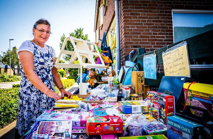 Jeannette Simons met haar buitenwinkel in Nieuw-Lekkerland.