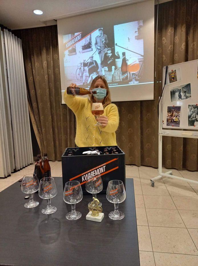 Bierkenner Kristel Logie organiseerde in woonzorgcentrum OLV Gasthuis in Poperinge een bier- en wielrennenactiviteit.