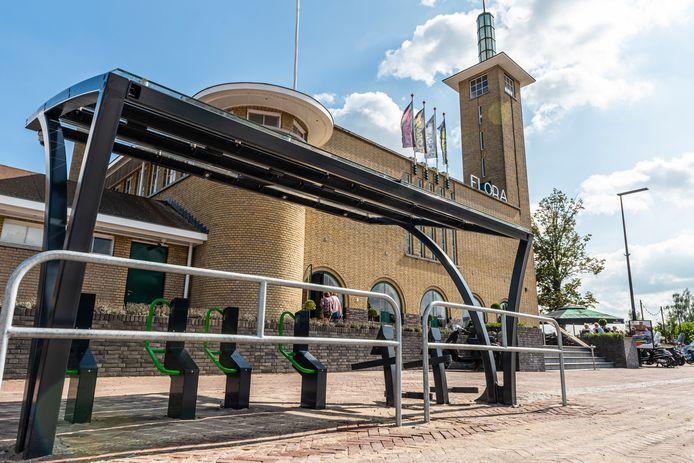 De omstreden fietsenstalling voor het monumentale Floragebouw in Boskoop:  'De grandeur van het gebouw is in het geding.'