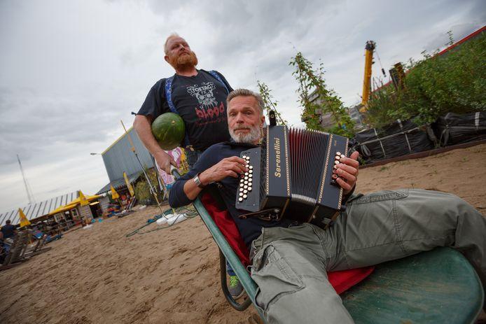 Wim Dictus in de kruiwagen op een oogstfeest op Belcrum Beach in Breda.