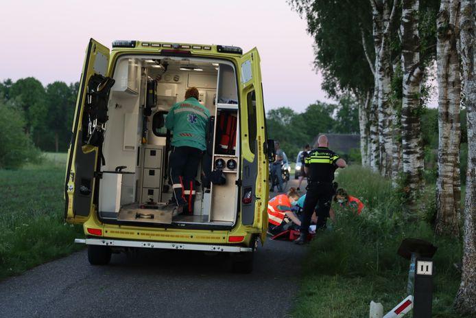 De ambulance is uitgerukt voor het ongeluk in Lunteren.