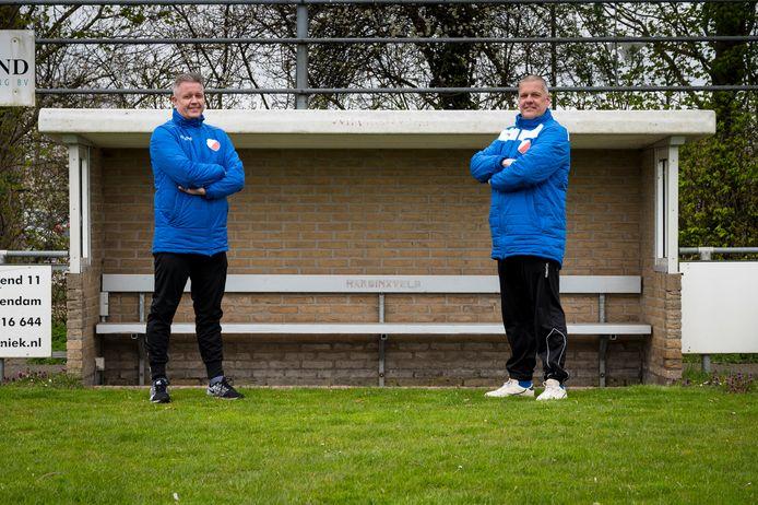 De broers Richard (links) en Ronald den Ouden trainen bij vv Hardinxveld de twee hoogste elftallen.