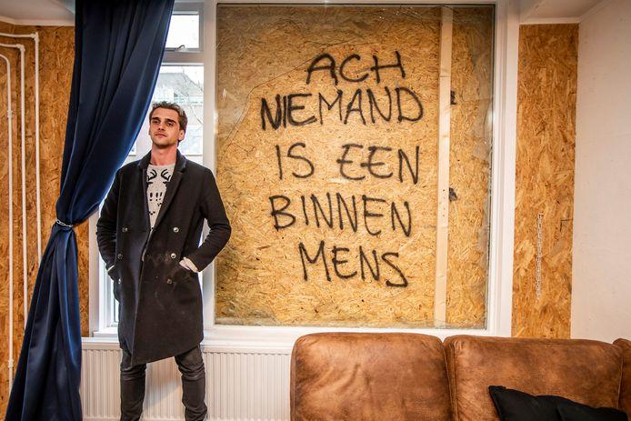Dennis van den Dool bij zijn ramen, die schade hebben opgelopen door een vuurwerkbom.