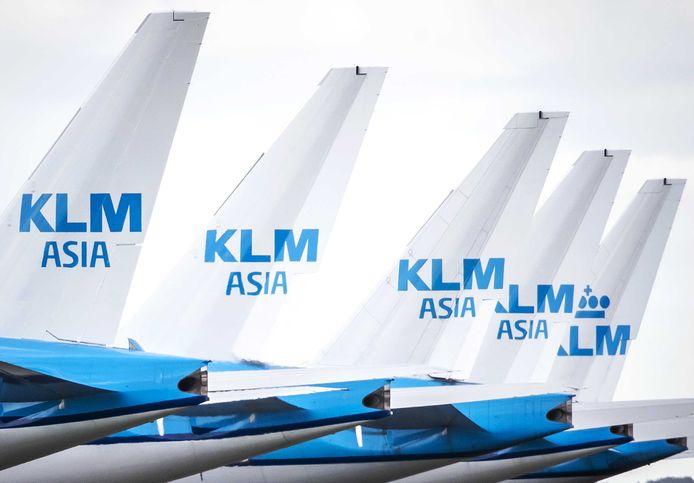 Toestellen van de KLM staan nog steeds geparkeerd bij luchthaven Schiphol.