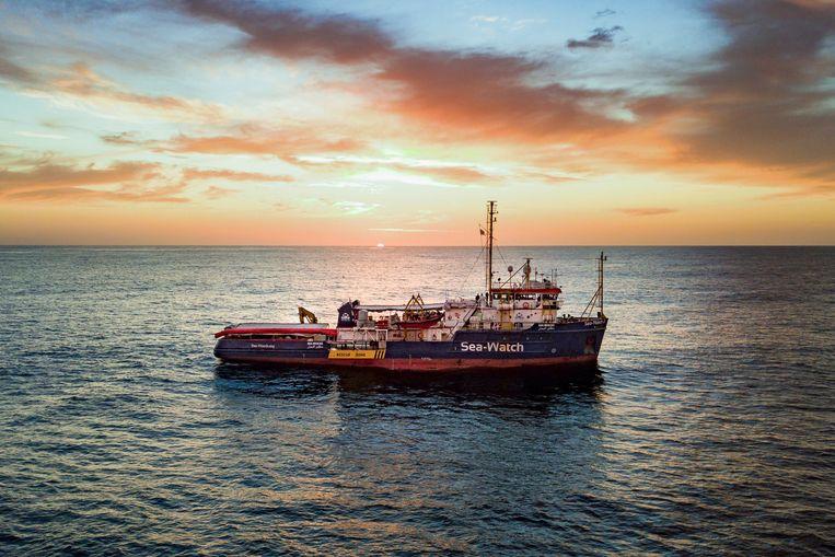 Een Sea-Watch reddingsschip vaart door de Middellandse Zee. Beeld AP