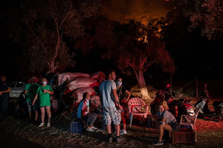 Mensen wachten op straat in de buurt van de bosbranden in Marmaris. Beeld AFP