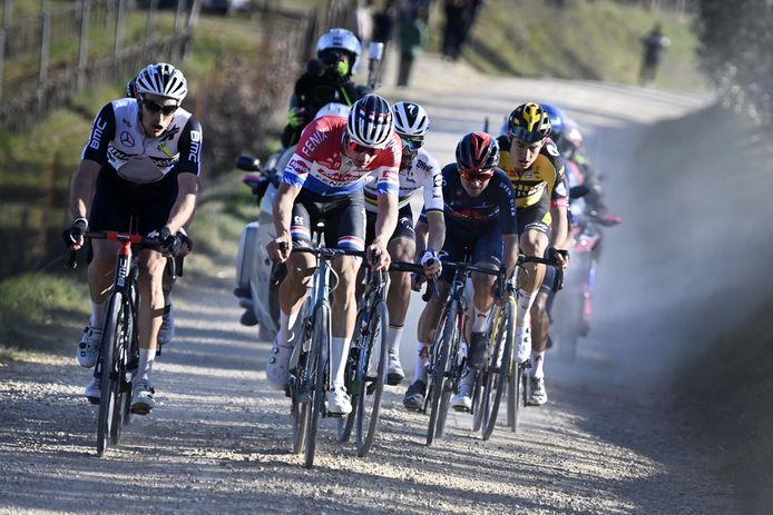 Gogl (links) naast toekomstig ploegmaat Van der Poel tijdens de Strade Bianche.