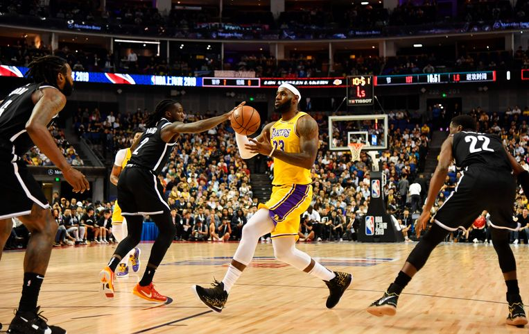 De LA Lakers, met LeBron James, speelden deze week een oefenmatch tegen de Brooklyn Nets in Sjanghai. Beeld AFP