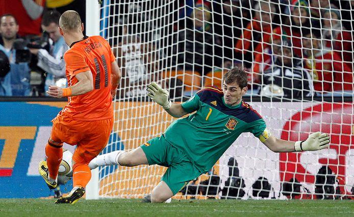 Arjen Robben met dé kans. De teen van Iker Casillas staat een Nederlandse wereldtitel in de weg.