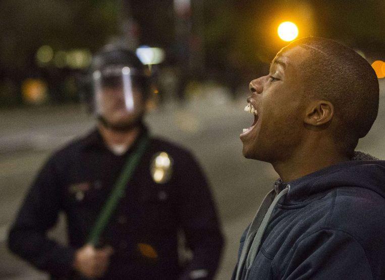 Een demonstrant schreeuwt in Ferguson naar de politie. Beeld null