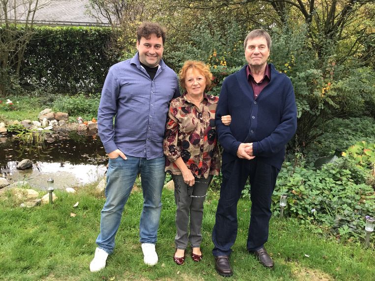 Een trotse Wim naast zijn ouders, Marleen Maes en Marc Peters.