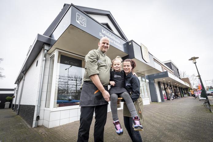 Arie van Linstee en Ellis Middelhuis samen met Amber bij de nieuwe bakkerij.