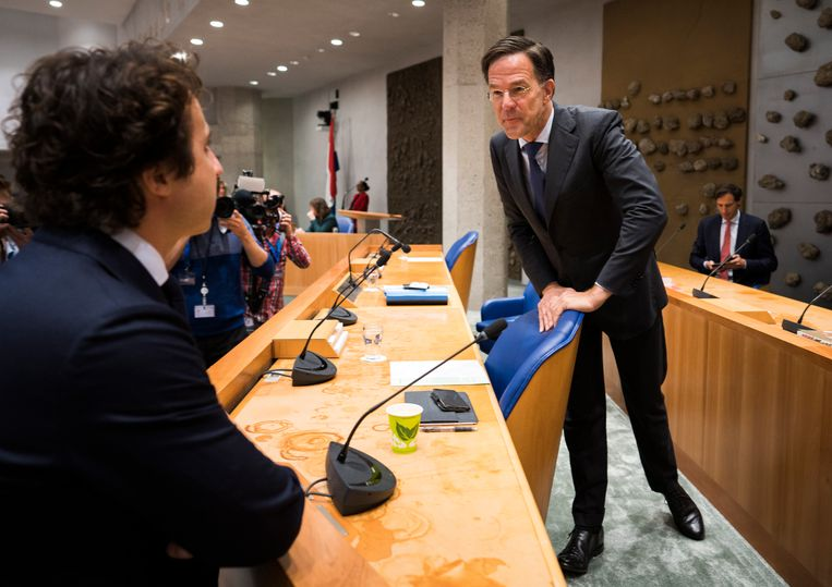 Jesse Klaver (GroenLinks) in gesprek met demissionair premier Mark Rutte voor aanvang van de algemene politieke beschouwingen.  Beeld Freek van den Bergh / de Volkskrant