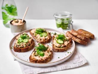 Zomerse lunch à la Scandi: krokante desemtoast met zalm en komkommersalsa