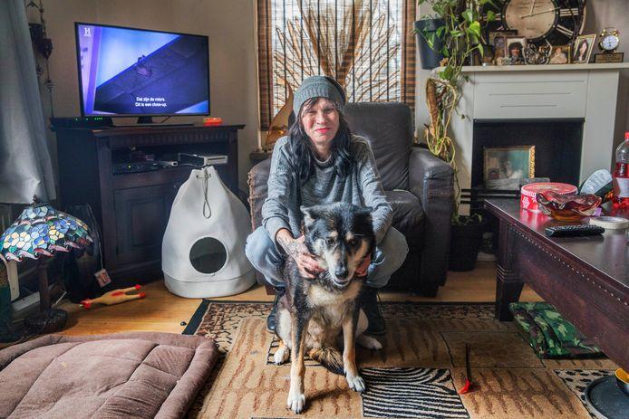 Conny  Ligtvoet met haar hond Lotje. De warmte binnen vliegt door het enkel glas zo naar buiten: gevolg torenhoge energierekeningen.