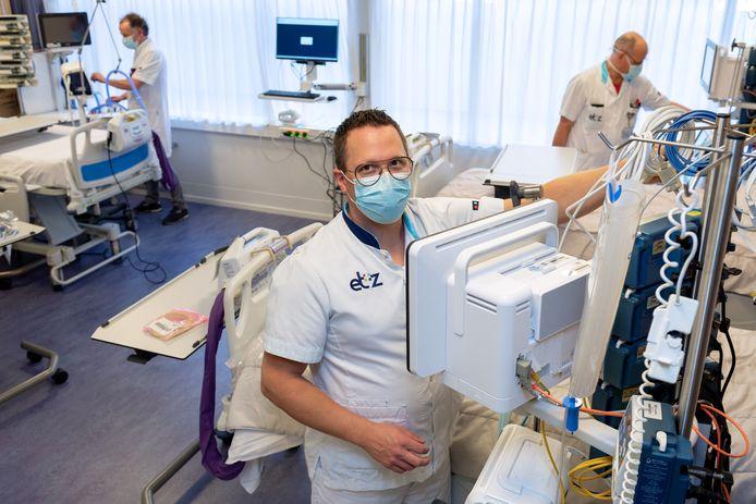 Joost Driessen checkt apparatuur op de nieuwe IC-corona afdeling van het ETZ.