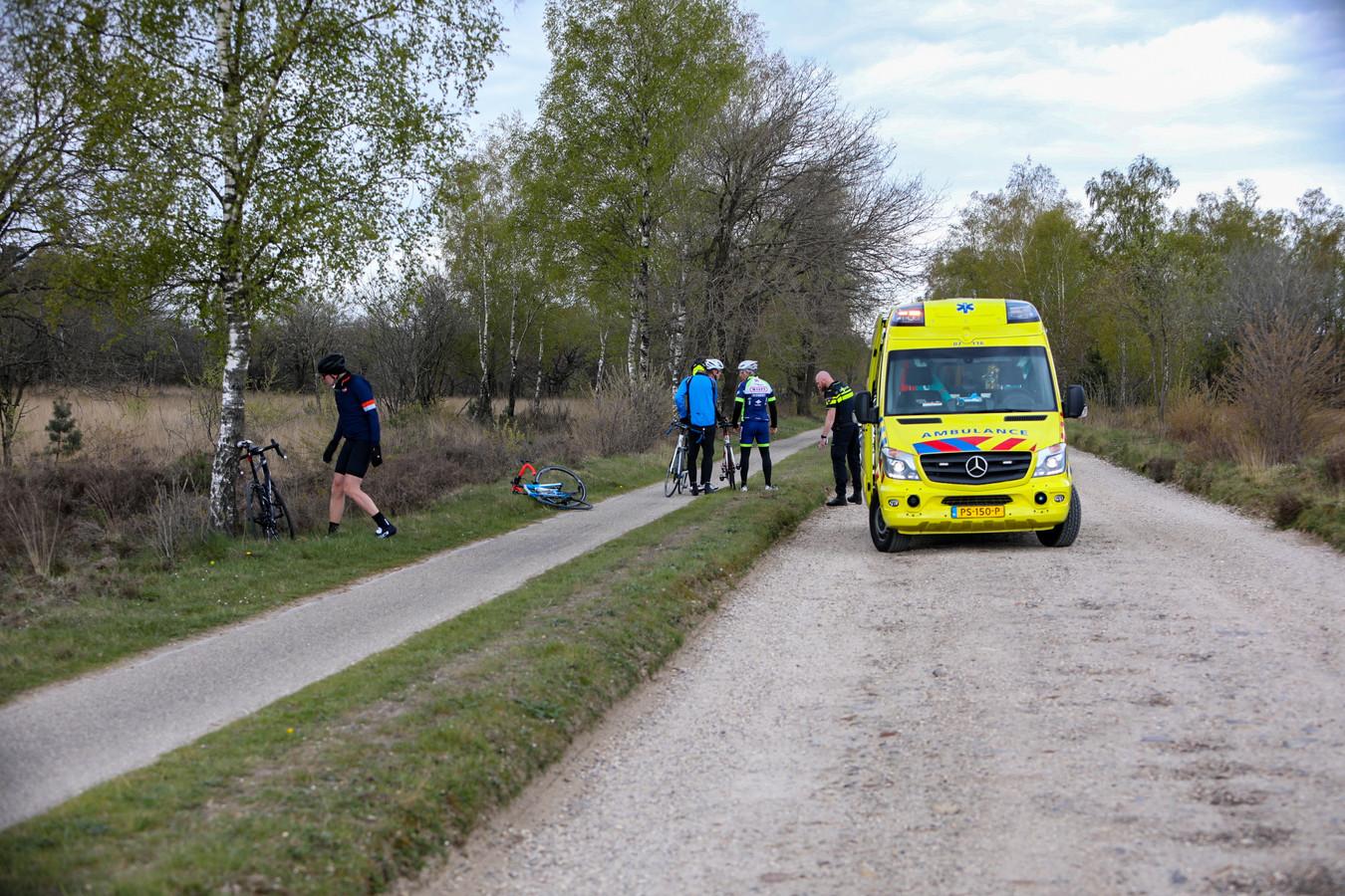 Een wielrenner raakte gewond in het buitengebied van Apeldoorn. Zijn medefietser besloten hun toertocht af te blazen.
