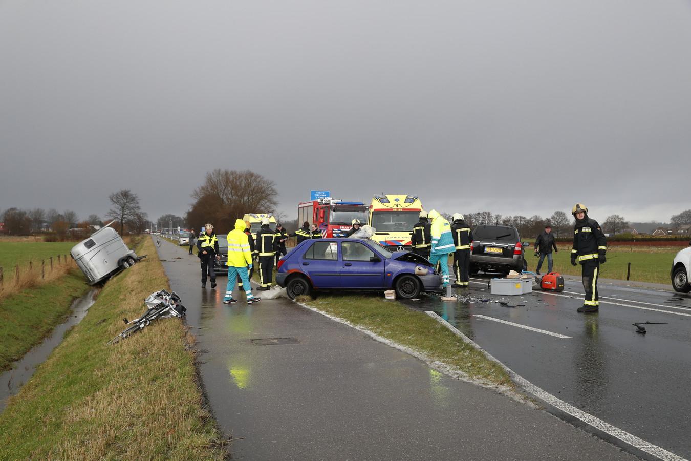 Na ongeluk ontstond was één grote chaos op de Zuiderzeestraatweg bij Doornspijk.