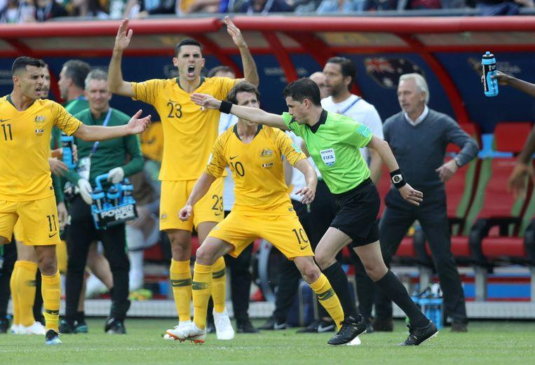 Australische spelers reageren op de eerste VAR-beslissing ooit, tijdens de wedstrijd Frankrijk--Australië. Beeld AP