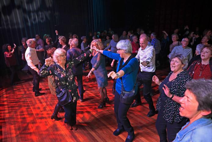 Het publiek ging zaterdagavond helemaal los bij het concert van coverband Bittersweet.