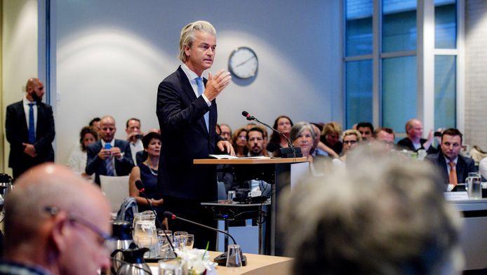 Geert Wilders spreekt tijdens de gemeenteraadsvergadering in Zeewolde over een mogelijke opvanglocatie van asielzoekers.
