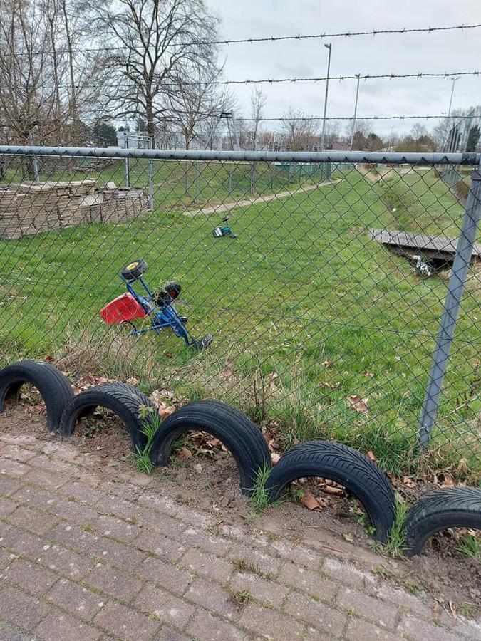 Skelters werden over het hek van voetbalvereniging GFC gegooid.