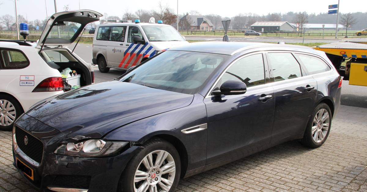 'Dure' aanrijding in Wierden: prijzige Jaguar XF komt in botsing met Audi.