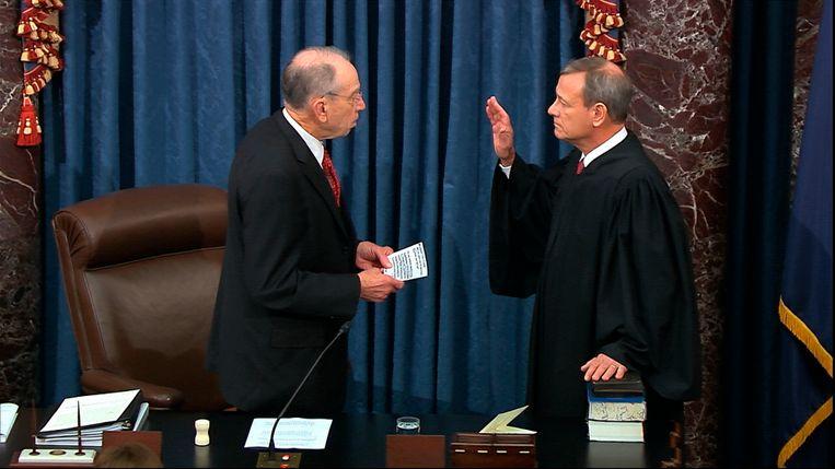 Roberts legt de eed af als voorzitter van het impeachmentproces. Beeld AP