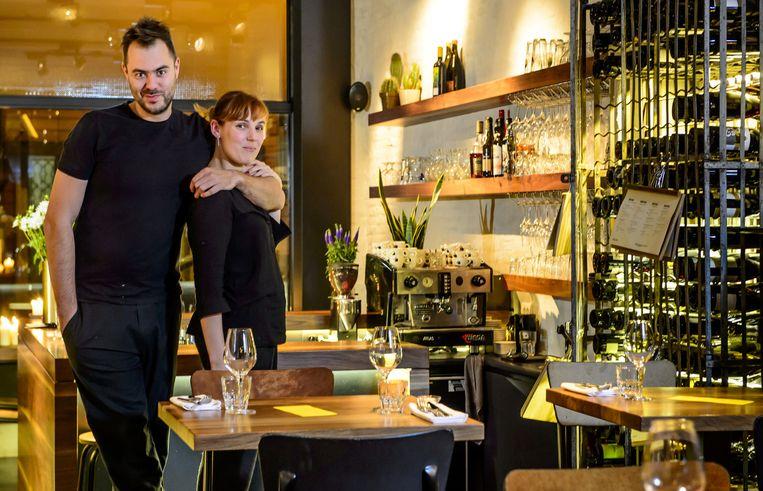 Chef Olly Ceulenaere en zaalverantwoordelijke Kelly Dehollander in restaurant Publiek in Gent. Beeld Wiegandt