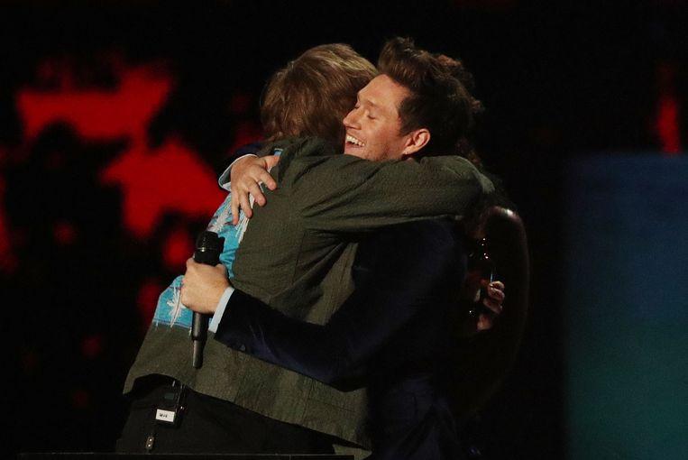 Lewis Capaldi ontvangt zijn eerste Brit Award uit de handen van goede vriend Niall Horan.