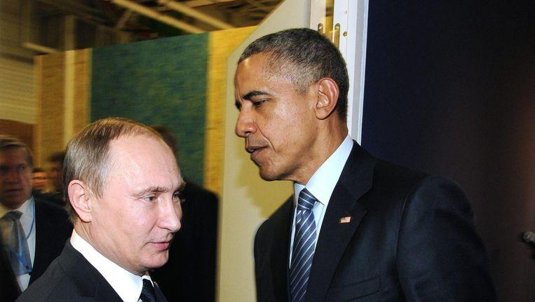 Poetin en Obama ontmoeten elkaar in de wandelgangen van de klimaattop in Parijs. Beeld epa