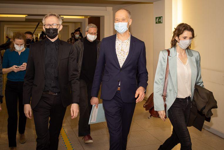David Van Reybrouck, Serge de Gheldere, en Francesca Vanthielen van vzw Klimaatzaak. Beeld BELGA