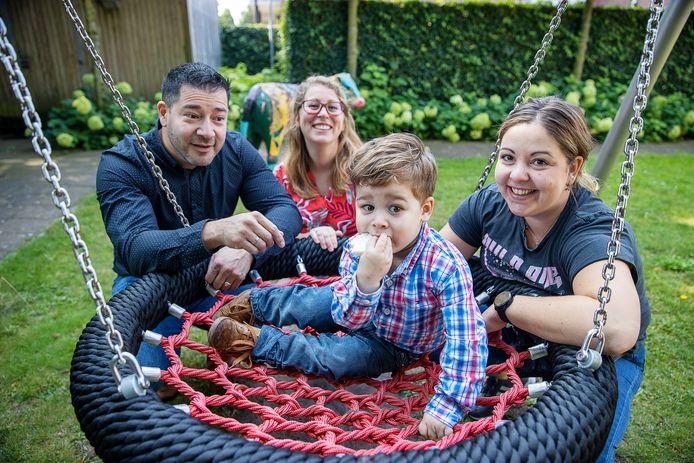 Villa ExpertCare biedt kinderen gespecialiseerde verpleging in villa's in Rijswijk, Vleuten, Wezep en Waalre.  Op de foto  Francisco, Minke en Daniel Munoz en kinderverpleegkundige Jennifer Bernaerts.