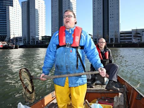 Opgescheept met tonnen opgevist vuil uit havenwater