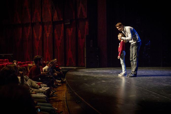 Kinderen van de Weekendschool gaan hun eigen theatervoorstelling opvoeren.